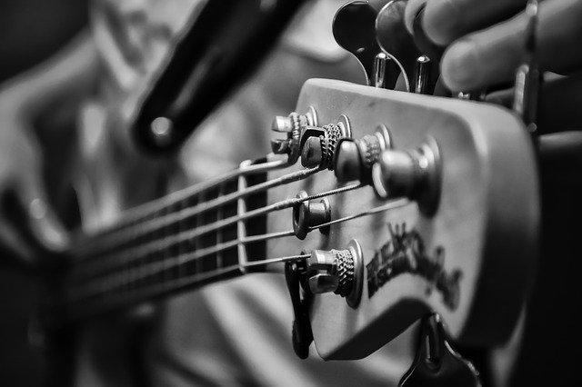 שיעור בגיטרה בס